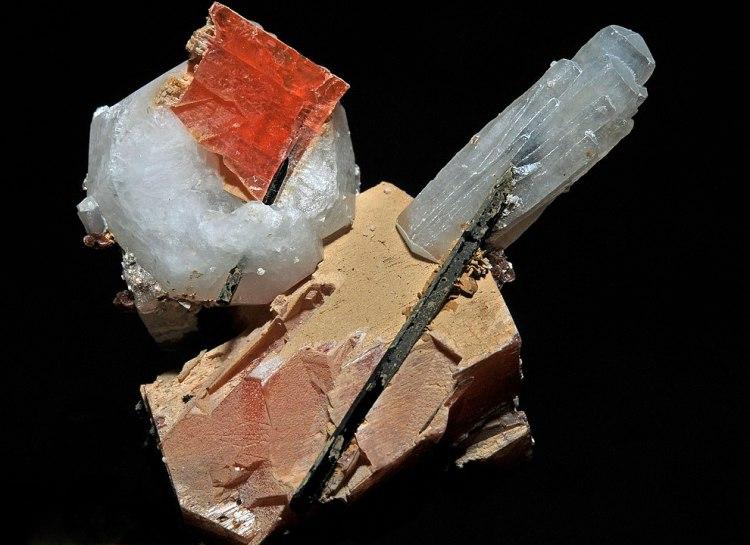 990px-Sérandite,_natrolite,_analcime,_aegirine_300-4-2112.JPG